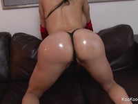Sexy Amy Anderssen shakes her bulky, oiled arse