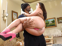Sexy babe Liza Del Sierra is here to do blowjob